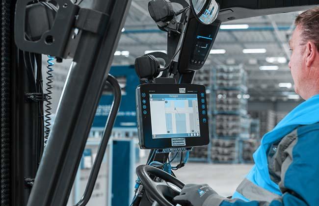 Bild zeigt Stapler mit 3D Staplerleitsystem identpro® TRACK im Einsatz bei BMW