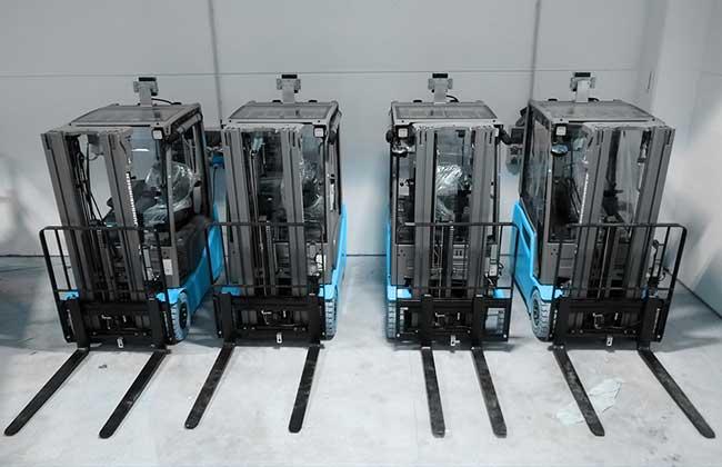 Bild zeigt vier Stapler mit Ausrüstung identpro® TRACK für scan-freies Lager
