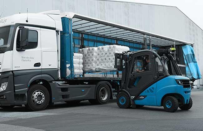 Bild zeigt Stapler beim direkten Beladen eines LKW, ohne scannen durch Staplerfahrer