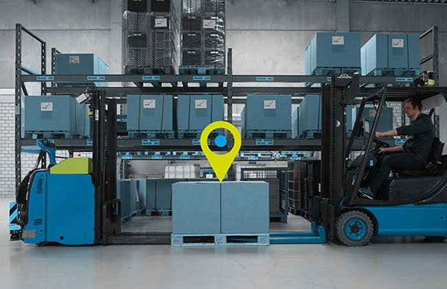 Automatic pallet tracking with AGV and forklift truck